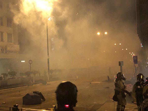 警察在柯士甸道彌敦道交界發射大量發射催淚彈。(余天祐/大紀元)