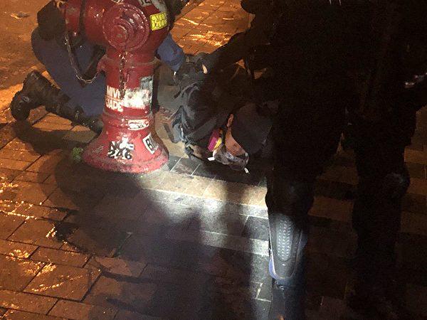 警察在柯士甸道彌敦道交界發射多枚媒催淚彈後拘捕多位黑衣人士。(余天祐/大紀元)