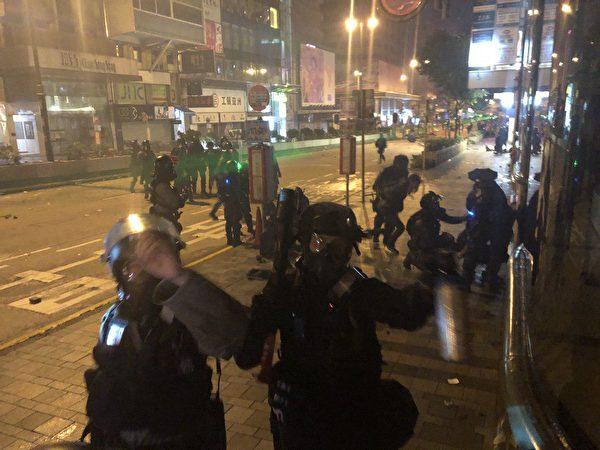 拘捕多位黑衣人士後,警察向記者噴胡椒噴劑。(余天祐/大紀元)