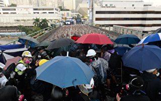 香港政局黑暗 港人:弹雨中看见希望