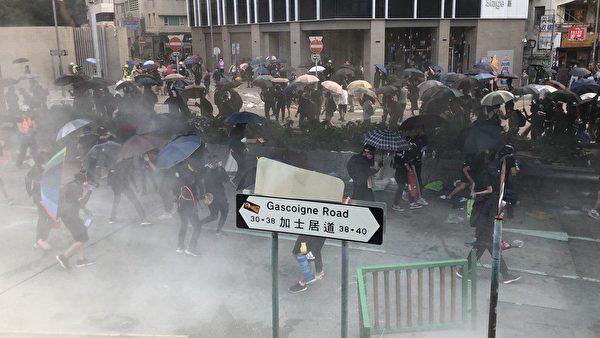 11月18日早上,大批民眾趕來理大救助學生,被警察狂放各種彈藥驅散。(梁珍/大紀元)