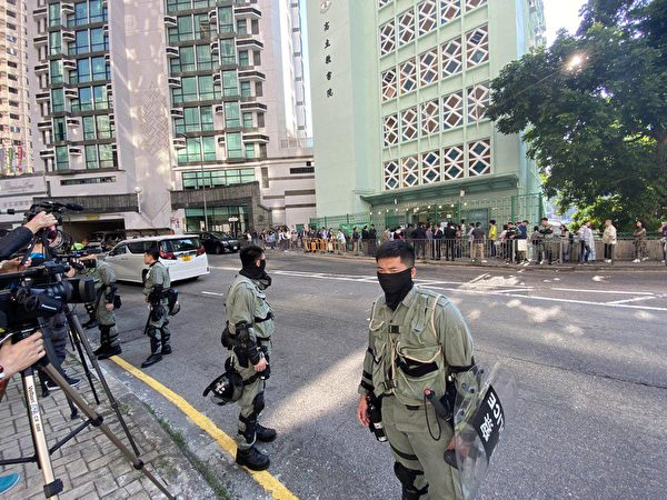 林鄭月娥所在的投票點,佈置警力,警方將記者集中攔截在投票點的對面。(駱亞/大紀元)