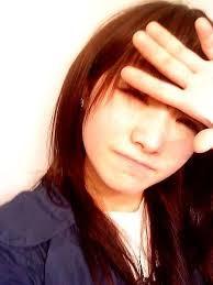 偏頭痛相關症狀包括噁心、嘔吐、恐光、恐聲,且肢體活動會加重疼痛的感覺。(黃雪子醫師提供)