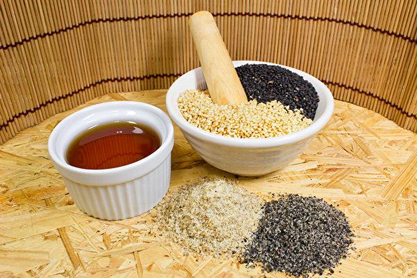 可以用油类来给皮肤保湿,改善干痒问题。中医较常使用麻油。(Shutterstock)