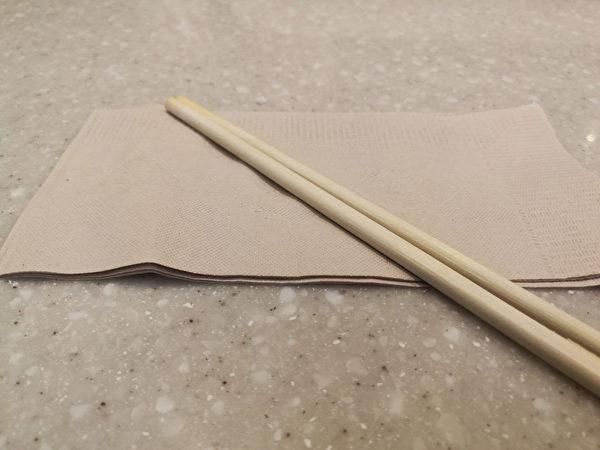 免洗筷前头包上卫生纸,用橡皮筋绑好,便可大显身手。(Shutterstock)