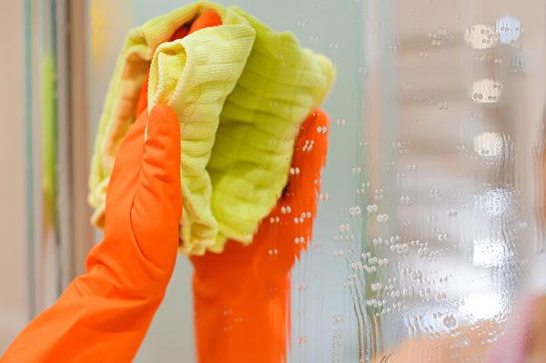 其他让我困扰的水垢,像是浴室的镜子,用柠檬酸就解决了。(Shutterstock)