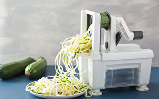spiralizing courgette raw vegetable with spiralizer. (Shutterstock)