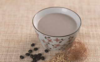 黄豆或黑豆豆浆搭配两种养生食物,有降血糖的益处。(幸福文化提供)