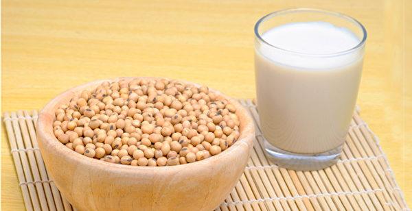 豆浆含大豆皂苷、异黄酮、卵磷脂等成分,保健价值比牛奶更佳。(Shutterstock)