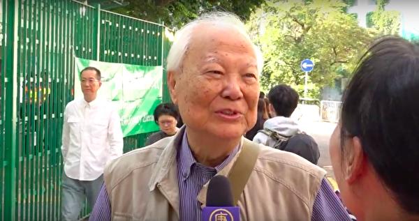 林鄭投票點的市民李老先生接受採訪,希望香港能恢復20年前的民主自由,通過選票讓港府不得不聽民意。(駱亞 /大紀元)