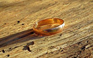 结婚戒指丢失40年重见天日 水管工无偿寻宝终成功