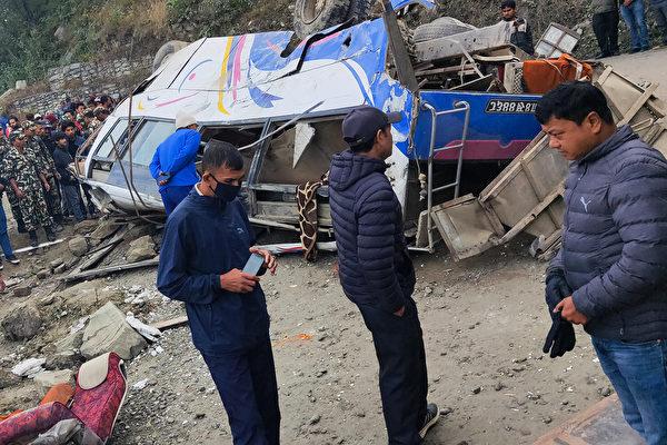 尼泊爾大巴衝出高速路 造成14死18傷