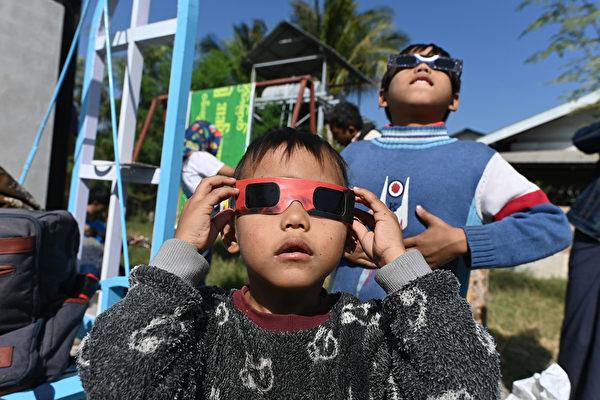 2019年12月26日,緬甸中部的兒童在觀察日食。(Ye Aung THU/AFP)