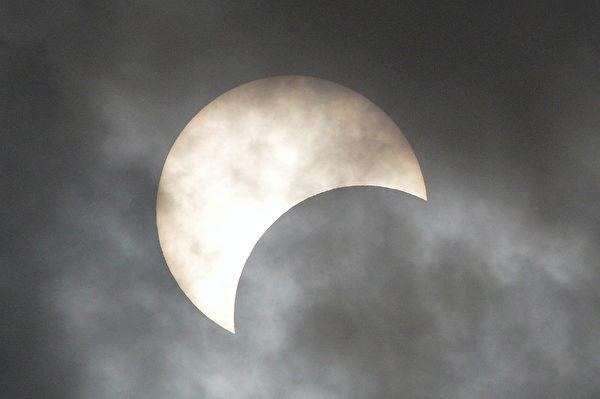 2019年12月26日,在孟加拉首都達卡拍攝的日偏食。(Munir UZ ZAMAN/AFP)