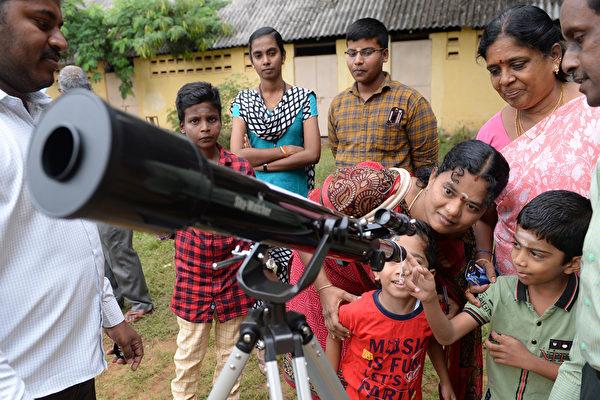 2019年12月26日,印度南部的兒童在觀察日食。(Arun SANKAR/AFP)
