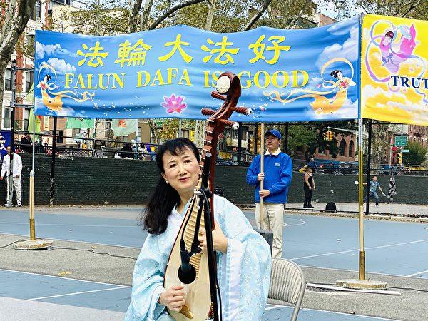 法輪功學員葛佳現場表演琵琶獨奏《萬古天門開》。(李桂秀/大紀元)