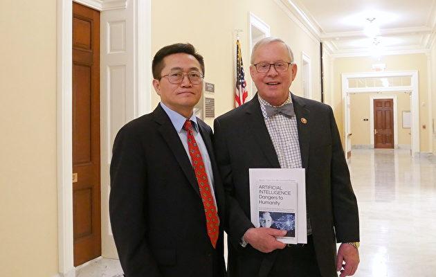 國會議員羅恩·萊特(Ron Wright)(右)和法輪功學員李祥春博士(李辰/大紀元)