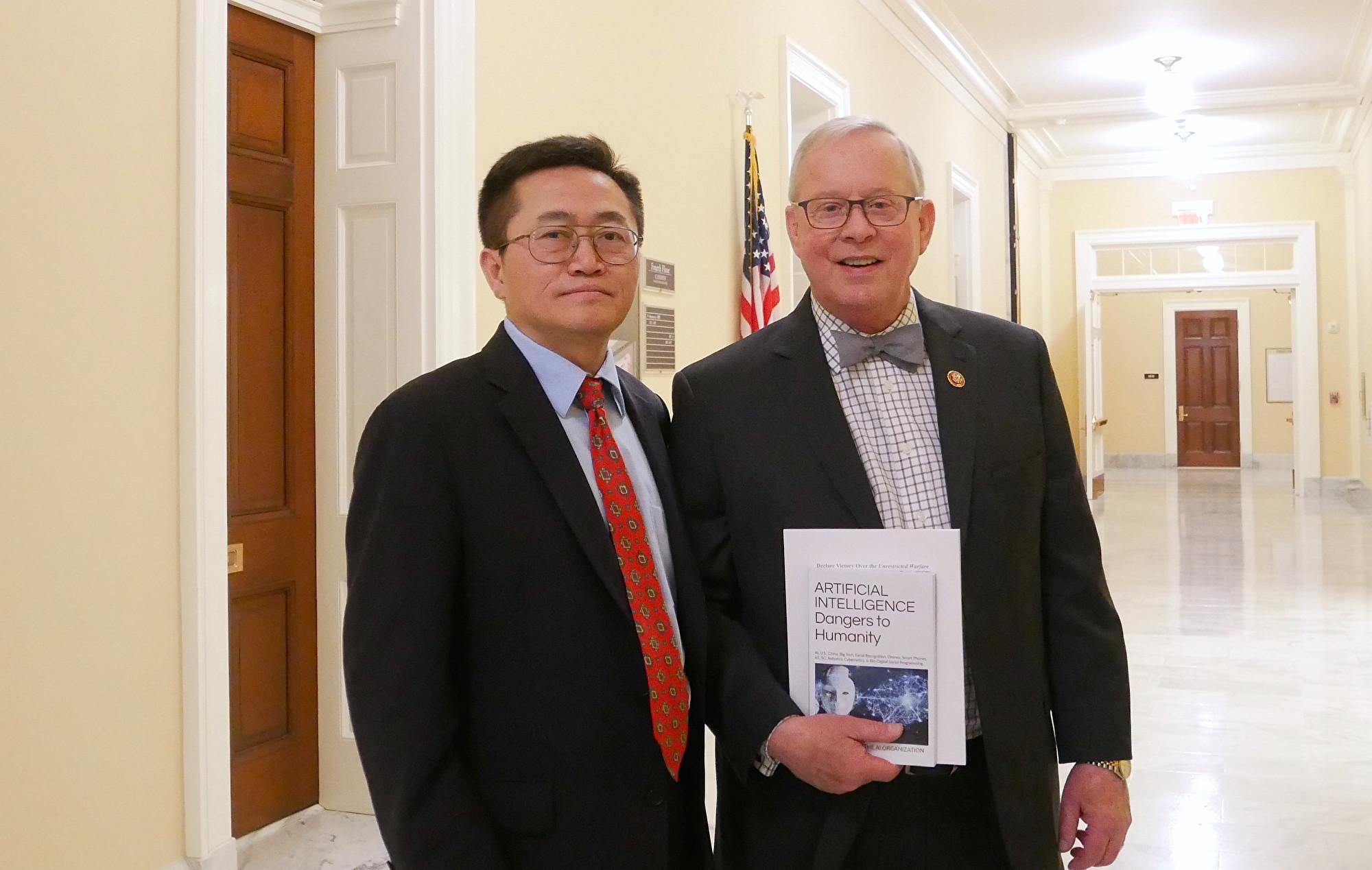 國會議員羅恩·萊特(Ron Wright)(右)(李辰/大紀元)