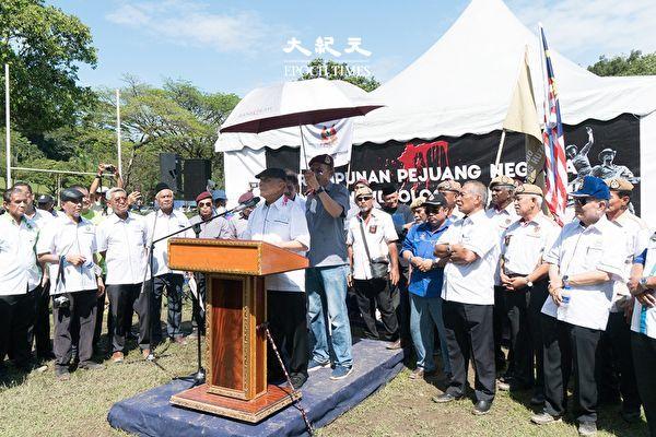 一場以「國家戰士集會,抗議共產主義」為主題的集會,於於2019年12月24日上午在馬來西亞首都吉隆坡默布草場舉行,多名退休高級官員親臨現場聲援這次的集會。圖為前馬來西亞全國總警長敦·哈尼夫·奧瑪(Tun Mohammed Hanif Omar)在集會上發言。 (朱利達/大紀元)