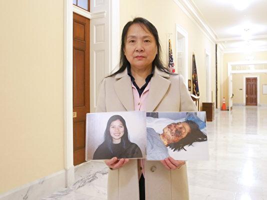 高薇薇手持妹妹高蓉蓉生前照片。(李辰/大紀元)