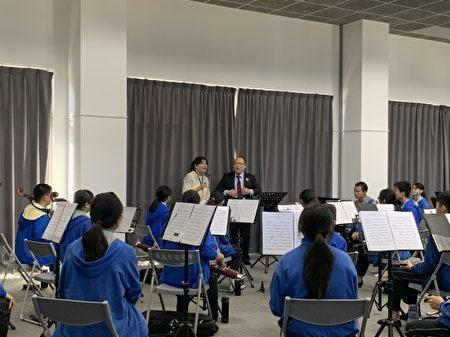 高山西高校指揮老師永瀨敬至,也在大合奏教室現場指導音樂班管樂團學生如何正確呼吸,才能吹出宏亮的聲音,讓學生受益非淺。
