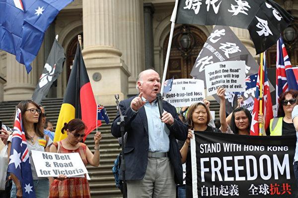 澳洲全國公民委員會主席韋斯特摩爾(Peter Westmore)在集會上發言。(Grace Yu/大紀元)