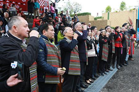 原住民族傳統祈福儀式後,頭目耆老邀出席來賓喝小米酒。