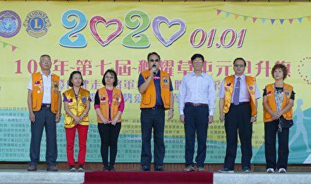 主办活动的草屯狮子会会长吴国维(中)介绍草屯元旦升旗健行暨爱心义卖活动。