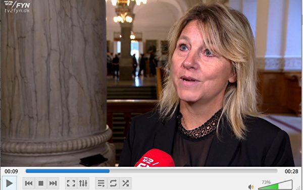 12月4日,丹麥人民黨(DF)國會議員,黨派文化臨時發言人帕尼勒·班迪克森(Pernille Bendixen)向丹麥內政大臣艾斯翠·克拉格(Astrid Kragh)要求內政大臣對奧登賽國家所屬文化劇院ODEON取消大型中國文化演出神韻一事作出解釋。(丹麥電視二台電視新聞截圖)