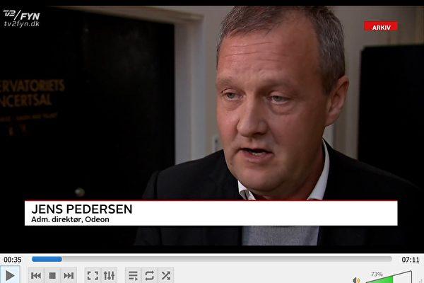 11月22日,ODEON剛退休的,並對神韻被取消一事毫不知情的前首席執行官延斯·彼得森(Jens Pedersen)被推到前台,說他們取消演出的原因是犯了「重複預定」的錯誤。但對在神韻之前預定的是哪一家公司,甚麼時候簽的約卻三緘其口,不願回答。(丹麥電視二台電視新聞截圖)