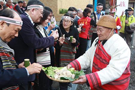 原住民族傳統祈福儀式後,頭目耆老邀出席來賓品嘗山豬肉。
