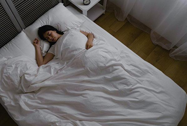 夜間淺眠也會引起頻尿問題。(Shutterstock)