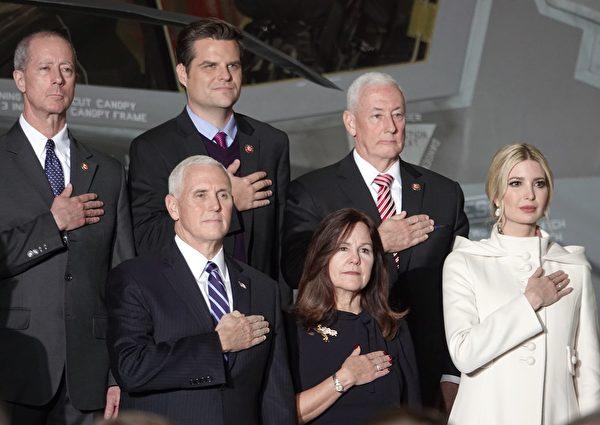 12月20日晚,美國副總統彭斯和夫人,及特朗普總統的女兒伊萬卡出席了《國防授權法》簽署儀式。(亦平/大紀元)