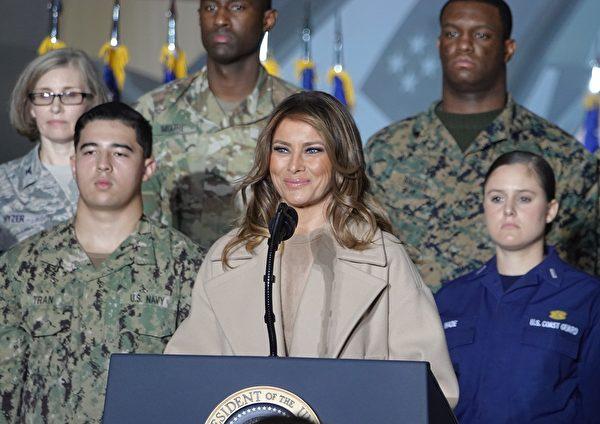 美國第一夫人梅拉尼亞祝賀現場的軍人聖誕節快樂。(亦平/大紀元)