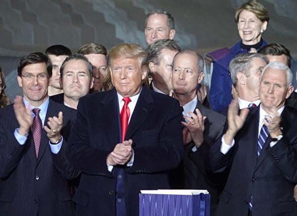 12月20日晚,美國總統特朗普在安德魯斯空軍基地簽署《國防授權法》。(亦平/大紀元)
