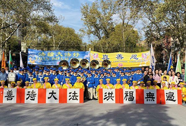 參加華埠演出的全體法輪功學員恭祝師父新年快樂。(李桂秀/大紀元)