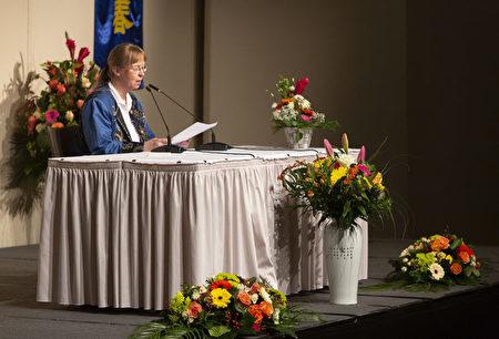 來自前東德的蘇姆普弗(Kathrin Sumpf)女士在2019德國法輪大法修煉心得交流會上發言。(Matthias Kehrein/大紀元)
