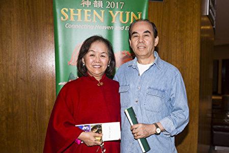 洛杉磯縣鑽石吧市前市長張文彬先生與太太、南加州著名華人企業家鄭美蓮觀賞了神韻在橙縣表演藝術中心的演出。(任一鳴/大紀元)