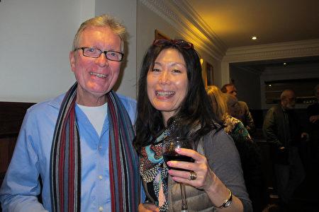 世界級作曲家Malcolm Ironton先生和太太Itsuko Sugawara一同觀看了神韻在倫敦的演出。(麥蕾/大紀元)