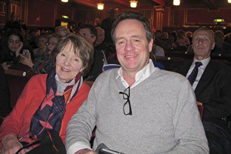 英國知名企業家Lawrence Hunt先生和媽媽Christina Bainey在倫敦一同觀看了神韻演出。 (麥蕾/大紀元)