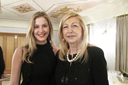 意大利歌劇聯合會主席Daniela Traldi女士(右)觀看神韻在羅馬的演出。(麥蕾/大紀元)