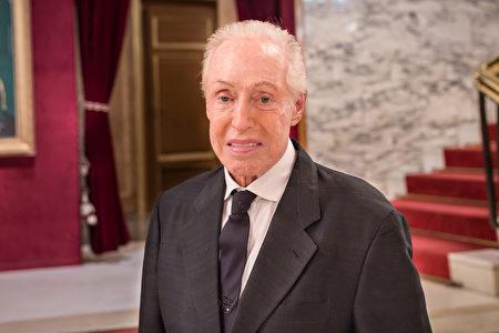 93歲高齡的意大利著名時裝設計師Renato Balestra先生在羅馬歌劇院觀看了神韻演出。(Marius Iacob/大紀元)