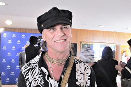 葛萊美獎評委、音樂家Douglas Starr在柯斯塔梅莎的橙縣表演藝術中心觀看了神韻演出。(Marie-Paul Baxiu/大紀元)