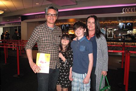 夢工廠動畫總監Fabio Lignini帶著太太和孩子全家來欣賞了神韻演出,並對神韻天幕留下深刻印象。(劉菲/大紀元)