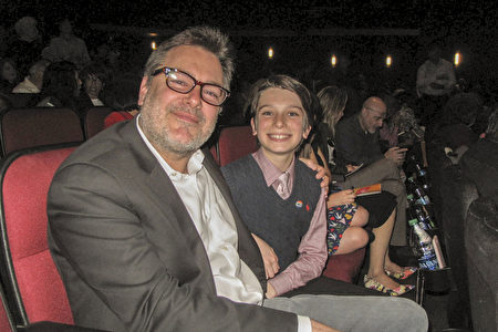 獲獎音樂製片人Greg Richling帶著正在學漢語的12歲兒子Waylon一同前來欣賞了神韻演出,感受到祥和氣氛。(劉菲/大紀元)