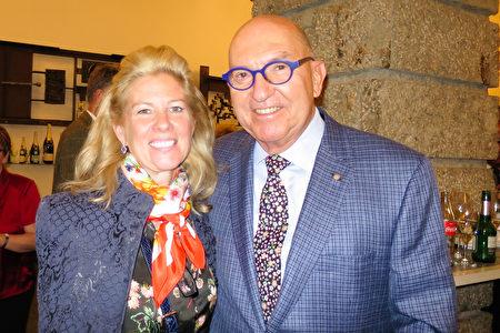 慕尼黑企業家、德國聯邦十字勳章獲得者Friedrich P. Wackler先生和太太Donna Wackler一起在奧地利薩爾茲堡大節慶劇院觀看了神韻演出。(黃芩/大紀元)