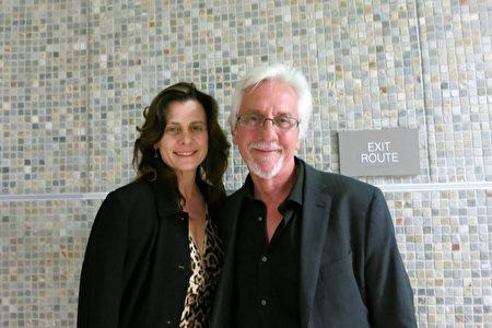 荷里活的知名編劇、製作人和導演、艾美獎得主Lance Gentile與太太Jacqueline Gentile欽佩神韻的藝術成就。(任一鳴/大紀元)