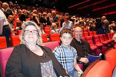 法國名企老闆Philippe Charles先生和太太Carole Charles及兒子在法國巴黎一起觀看了神韻演出。(金湖/大紀元)