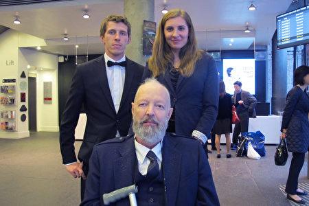 擁有四百年歷史的蘇格蘭家族企業董事會主席Allan Proctor先生帶著兩位隨從觀看了神韻在愛丁堡的演出。(麥蕾/大紀元)