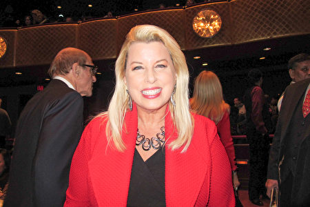 三獲「艾美獎」的美國著名電視新聞主播、電台主持人和暢銷書作家Rita Cosby偕先生來到紐約林肯中心大衛寇克劇院,第四度觀賞了享譽世界的神韻演出。(麥蕾/大紀元)